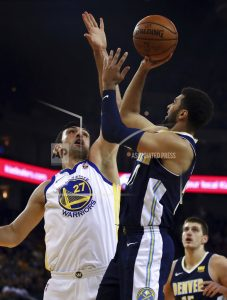 Curry goes off again, Warriors top Nuggets for 5th straight