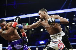 Spence stops Peterson in 1st welterweight title defense