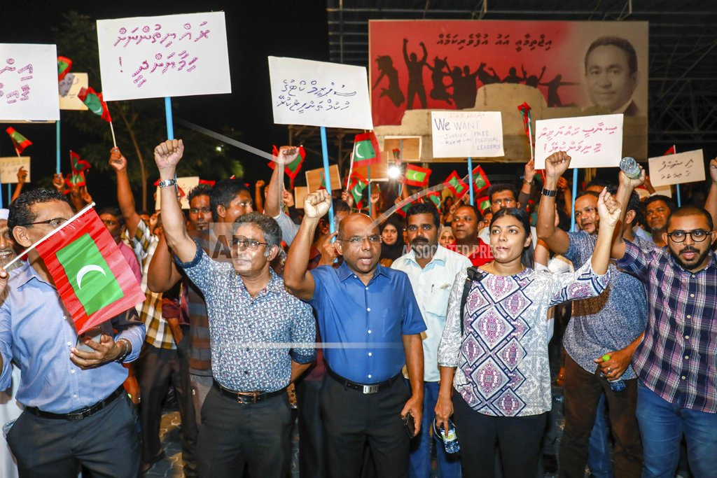 Maldives declares emergency, soldiers reportedly storm court
