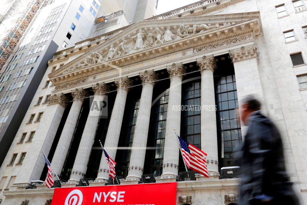 NEW YORK | Oil climbs while banks slip, leaving indexes little changed