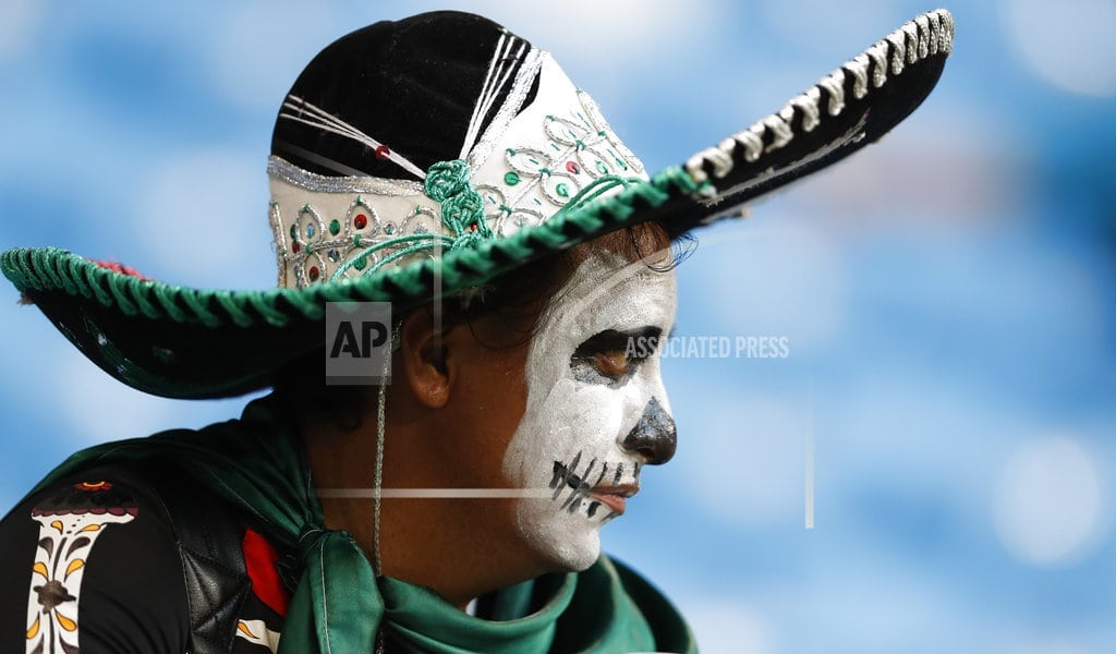 MOSCOW | The Latest: Mexico fans swapping sombreros before going home