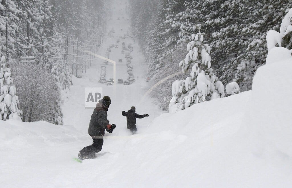 SAN FRANCISCO | Snow too thick to plow keeps skiers from California resorts
