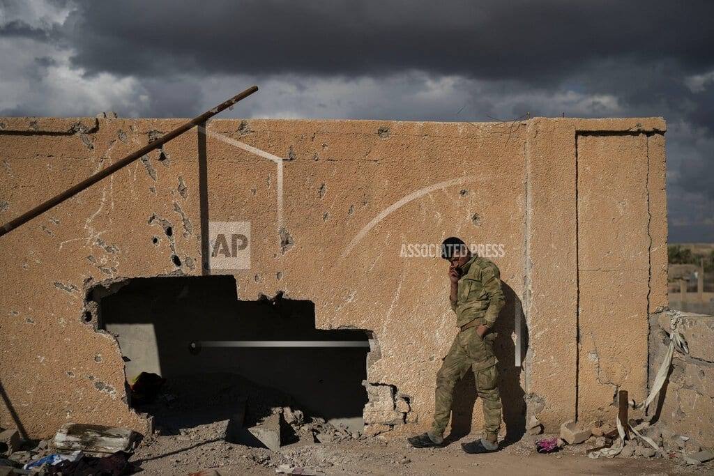 IS gunmen hide among civilians in last Syria holdout